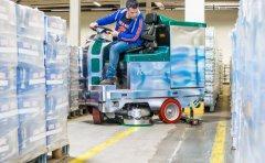 Rotan™ 245 BT 125 in der Warenlagerreinigung